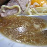 ラーメン二郎 - 油の膜がぎっしり。              非乳化のあっさりめスープ。