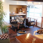 ふくカフェ - テーブルによって色々なソファーを用意しています。