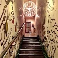 クゥーチャイ - ちょっと急な階段と、下から見るとライトが可愛いのです。帰りは邪魔ですがね。