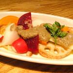 銀座並木通りワインバル nana - 三浦野菜のサラダ バーニャソース 680円(税込714円)