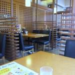 博多とんかつ処浜田屋 - サラダバーも完備された店内はテーブル席が中心、まさにトンカツのファミリーレストランといった雰囲気です