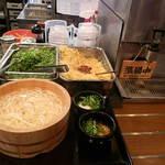 丸亀製麺 - 半分のダシには生姜タップリ、トロロにも葱を入れる