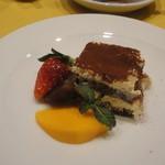 ロマンツァ - ドルチェ。濃厚なティラミスとイチゴやブドウ、カキのフルーツ