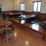 花畑丸福 - テーブル席と小上がり