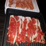 鍋ぞう - すき焼き用の牛2皿、塩だれ用の豚2皿来ます。
