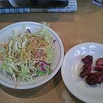 Yamafukuramen - キャベツのサラダとシバ漬け。