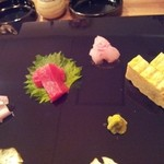 くすの木 - 本日の刺身三種(長崎本鮪、小豆鱒、平目)と玉子焼