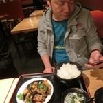 焼勿 - JIROCK氏は豚肉ときくらげの炒めをチョイスです