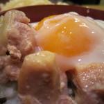 隠れ家ダイニングなべや - モチっとした鶏肉に、半熟状態の黄身くずしてとろ~りと。