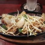 久保田 - 鉄板焼きは牛ホルモンの鉄板焼きを注文です。プリプリの小腸の鉄板焼きにタレが絡んでバリウマですよ。