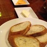 TAPAS&WINE ヤミツキ - チーズとバゲット
