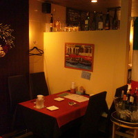 ベーネレガーロ - 店内はテーブル席が5つ、カウンター6〜8席あります