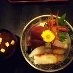 16452552 - 海鮮ちらし丼と味噌汁
