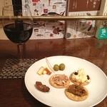 カフェ ジータ - 6種類のおつまみとグラスワインのお得なセット。 赤は重からず軽からず。 牡蠣の燻製がウマ〜♩