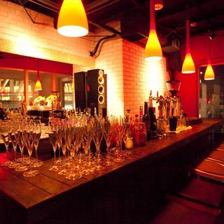 ワインは赤白泡が40種!グラス500円、ボトル2,500円~