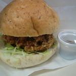 銀亭 - 自社ブランドの'銀ポーク'を使ったメンツカツのバーガー。ボリューム満点で食べ応えあり。