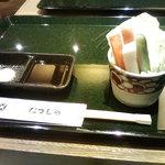 とんかつ たづむら 大丸札幌店 - 生野菜をかじりながら串カツを待つ