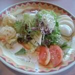 チェスティーノ - ペアセットのサラダ。まぁまぁボリューミー