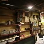 和レー屋 南船場ゴヤクラ - あった什器はこれだけ、なんか寂しいネ