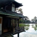 衣掛茶屋 - 猿沢池のほとり