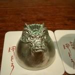 御料理 伊とう - ≪12月≫今年の干支、龍が彫られた特注の大阪錫のお猪口を逆さ向けて見ました。これで12年後まで見納めです。