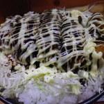 16483292 - マヨネーズのかかったカツと敷かれたキャベツとご飯