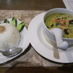 タイ料理 けん - グリーンカレー サラダ、ウーロン茶付きで800円
