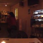 マディグーカフェ - カウンター席ではカップルが良い雰囲気で♡