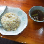 栄福 - チャーハンです、無難に美味いです。付け合せのスープは、ラーメンのスープじゃないんですね。