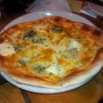 Standing Bar musso - チーズのピッツァはハチミツ付き