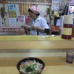 三沢駅食堂 - 具の無いてんぷらを載せた,天ぷらうどん