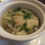 獅子の茶樓 - スープは,えのきや鶏団子入りで優しいお味。
