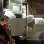 味芳斎 - 狭い厨房で次々に注文をこなしています