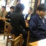 味芳斎 - 料理を待つお客さんは皆さん楽しそう