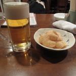 16496582 - 生ビールとお通しのえびせんべい