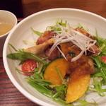 neko - 【再々訪】白身魚とホタテの竜田揚げ丼(840円)スープ、ほうじ茶プリン付き。