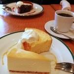 16509528 - ワゴンのケーキ(手前レモンチーズケーキ・奥オレンジのシフォン)