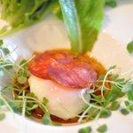 Oh! la Vache - 天王原の温泉卵とラタトゥイユのサラダ イベリコ豚のチョリソー添え