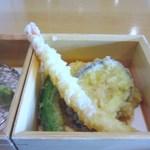 日本料理 喜水亭 - 揚げ物は季節の野菜や海老等の天婦羅の5種盛りです。