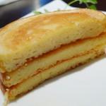 16511978 - ホームメイドパンケーキ・プレーン<バター&メープル>(パンケーキを重ねてカット、2012年12月)