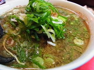 直ちゃん本店 - 熱いスープにネギがたっぷり
