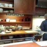 よし乃 - カウンター越しに調理中の御主人