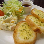 tomomaru - サラダ&ガーリックトースト