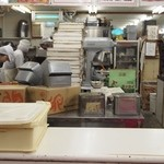 シロヤベーカリー - お店の奥ではせっせとお菓子が作られている