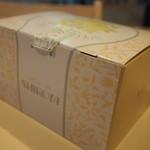 シロヤベーカリー - 350円以上買うと箱に入れてくれます
