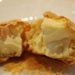 シロヤベーカリー - アノンの中は硬めのクリームチーズ