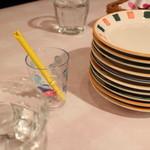 ルージュトマト - テーブルの上にクレヨン