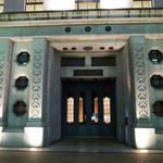 カフェドゥラプレス - そして歴史の重み威風堂々