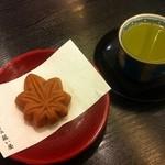 藤い屋 宮島本店 - もみじ饅頭(お茶付きで100円)