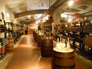 ぶどうの丘 地下ワインカーヴ - 樽はたくさんあって飲みきれない